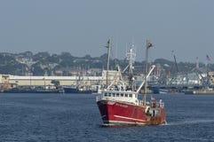 Vissersboot Overzeese Boswachter op Acushnet-Rivier met het water van New Bedford Stock Foto