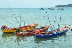 vissersboot overzeese hemelhorizon stock fotografie