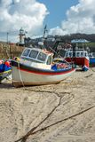 Vissersboot, St Ives Harbour at low tide, Cornwall stock foto