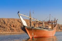 Vissersboot in Sur Oman stock foto's