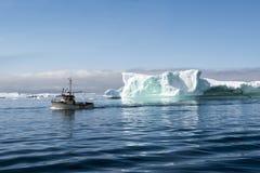 Vissersboot tussen Ijsbergen, Groenland royalty-vrije stock foto