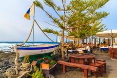 Vissersboot in typisch restaurant op kust van Lanzarote eiland Stock Foto's