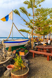 Vissersboot in typisch restaurant op kust van Lanzarote eiland Stock Afbeeldingen