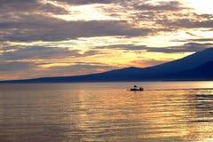 Vissersboot vóór de zonsopgang Royalty-vrije Stock Foto