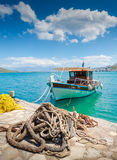 Vissersboot van de kust van Kreta met mariene kabel en visserij Royalty-vrije Stock Afbeeldingen