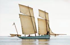 Vissersboot van replica de historische Franse bisquie Stock Afbeeldingen