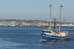 Vissersbootavonturierster op Acushnet-Rivier Royalty-vrije Stock Foto
