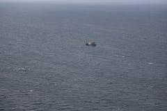 Vissersbootbewegingen aan de plaats van vangst van haringen Royalty-vrije Stock Fotografie