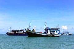 Vissersbootgroep in het overzees Stock Foto