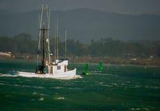 Vissersbootnaar huis terug:keren stock afbeelding