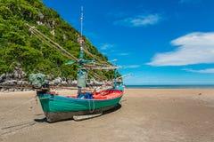 Vissersbootpark bij strand Royalty-vrije Stock Foto