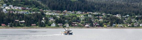 Vissersbootrubriek voorbij de Kust Van Alaska Royalty-vrije Stock Foto