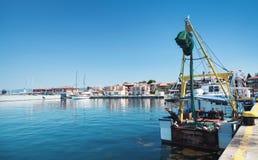 Vissersboottribunes die in haven worden vastgelegd royalty-vrije stock foto