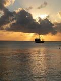 Vissersbootzonsondergang stock foto's