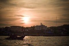 Vissersbootzonsondergang bij sichang Stock Foto
