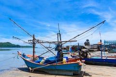 Vissersboten aan de grond op het strand over bewolkte hemel in Prachuap K royalty-vrije stock afbeelding