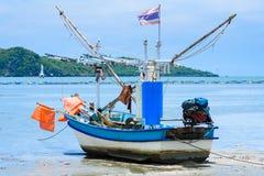 Vissersboten aan de grond op het strand over bewolkte hemel in Prachuap K stock foto's