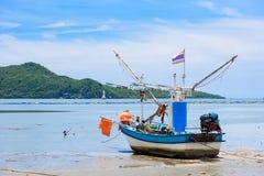 Vissersboten aan de grond op het strand over bewolkte hemel in Prachuap K stock afbeeldingen