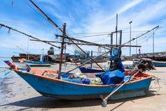 Vissersboten aan de grond op het strand over bewolkte hemel in Prachuap K royalty-vrije stock foto's