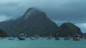 Vissersboten in bewolkt weer in de Baai van Gr Nido 4K TimeLapse - Augustus 2016, Gr Nido Palawan, Filippijnen stock video