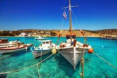 20 06 2016 - Vissersboten bij Agios Georgios-haven, Iraklia-eiland Stock Foto's