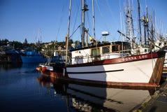 Vissersboten bij anker Stock Foto's