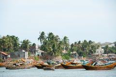 Vissersboten bij dagrust, Vietnam Stock Fotografie