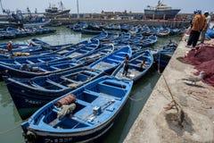 Vissersboten bij de bezige vissershaven van Essaouira in Marokko Royalty-vrije Stock Foto's