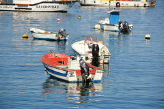 Vissersboten bij de haven, Bordeira, Algarve, Portugal Stock Foto