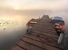 Vissersboten bij de kleine houten brug over de rivier worden vastgelegd die Royalty-vrije Stock Afbeeldingen