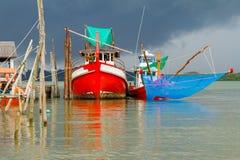 Vissersboten bij de rivier in Thailand Royalty-vrije Stock Fotografie