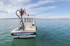 Vissersboten bij de visserij van haven in Ayvalik, Turkije worden vastgelegd dat stock foto