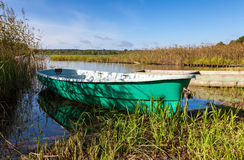 Vissersboten bij het meer Stock Afbeelding
