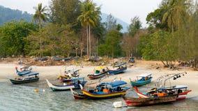 Vissersboten bij Langkawi-strand, Maleisië Royalty-vrije Stock Foto's