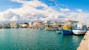 Vissersboten bij onlangs geconstrueerde Limassol jachthaven worden gedokt die cyprus Stock Afbeeldingen