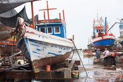 Vissersboten bij scheepswerf in Thailand Stock Foto