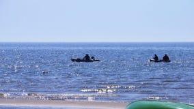 Vissersboten in de afstand stock video