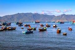 Vissersboten in de Baai van Nha Phu, Nha Trang, Khanh Hoa, Vietnam worden verankerd dat royalty-vrije stock fotografie