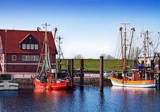 Vissersboten in de haven Stock Foto's