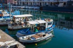 Vissersboten in de haven van Genua, Italië worden vastgelegd dat stock fotografie