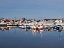 Vissersboten in de haven van Laukvik op Lofoten, Noorwegen Stock Afbeelding