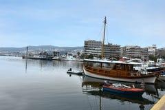 Vissersboten in de haven van de oude stad van Kavala, Griekenland Stock Afbeeldingen
