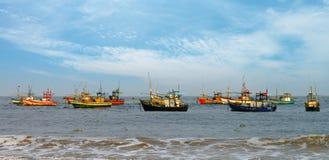 Vissersboten in de oceaan Stock Afbeelding