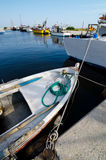 Vissersboten in de zeehaven op zonnige de zomerdag Royalty-vrije Stock Foto