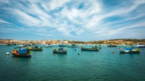 Vissersboten dichtbij dorp van Marsaxlokk Royalty-vrije Stock Foto's