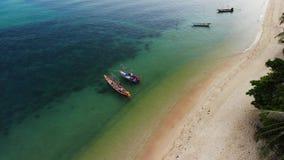 Vissersboten dichtbij ertsader Mooi satellietbeeld van vissersboten die bij het blauwe zeewater dichtbij majestueus koraalrif dri stock video