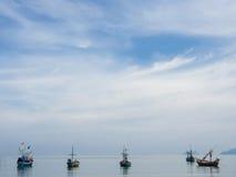 Vissersboten die bij kust parkeren Stock Foto