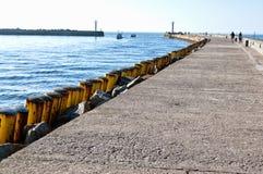 Vissersboten die Darlowo-haven verlaten stock foto's