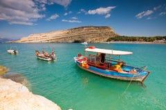Vissersboten die in Matala baai, Kreta, Greec worden verankerd Stock Afbeeldingen