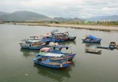 Vissersboten die op de rivier in Phan Ri, Vietnam dokken Royalty-vrije Stock Foto's